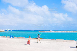 水の体の近くのビーチの人々 のグループの写真・画像素材[1312522]