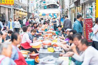 通りを歩く人々 の群衆の写真・画像素材[1548033]