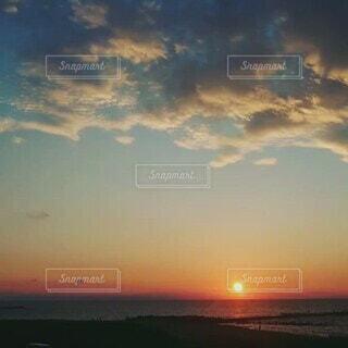 自然,海,空,夕日,屋外,太陽,ビーチ,雲,島,夕焼け,夕暮れ,水面,オレンジ,日の入り,マジックアワー,日本海,設定