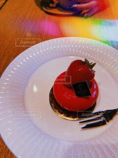食べ物,カフェ,ケーキ,屋内,茶色,デザート,フォーク,テーブル,皿,食器,おいしい,アフタヌーン,木目,赤色,白色,陶器,菓子,イチゴ