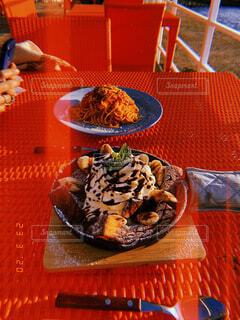 食べ物,スイーツ,食事,ディナー,海辺,テラス,夕方,オレンジ,テーブル,皿,パスタ,チョコレート,ダイニングテーブル,麺類,ケチャップ,ファストフード