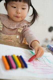 クレヨンでお絵描きする女の子の写真・画像素材[4017184]