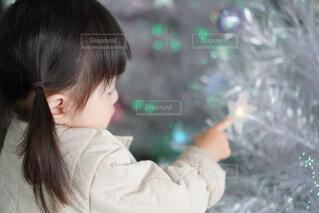 クリスマスツリーに触れる女の子の写真・画像素材[4017185]