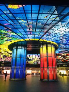 世界で最も美しい駅にも2位で選ばれた台湾・高雄の美麗島駅にあるステンドグラスの写真・画像素材[4032987]