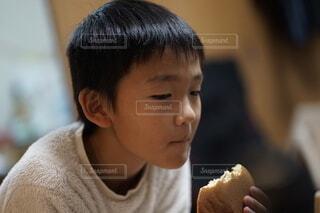 子ども,食べ物,屋内,人,食べる,少年,どら焼き