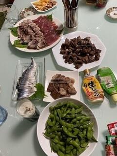 食べ物,テーブル,皿,たくさん,おいしい,ローストビーフ,枝豆、シメサバ,焼肉、サイコロステーキ,刺身、フランスパン