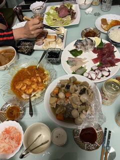 食べ物,食事,屋内,皿,たくさん,肉,おいしい,魚介類,エビチリ,大皿,お正月、なます、ローストビーフ,煮物、刺身,蒲鉾、数の子