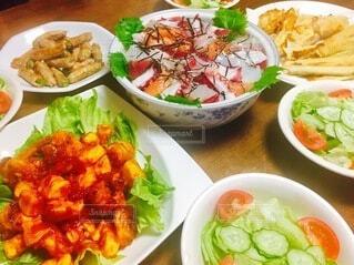 食べ物,テーブル,トマト,野菜,皿,サラダ,ブロッコリー,料理,エビチリ,ボウル,チラシ寿司
