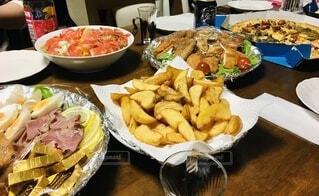 食べ物,食事,テーブル,野菜,皿,クリスマス,たくさん,卵,フライドポテト,ローストビーフ,ピザ,チキンナゲット,スモークサーモンサラダ,鳥もも