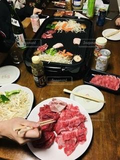食べ物,テーブル,野菜,皿,肉,料理,焼肉,大皿,もやし、にんじん、ピーマン