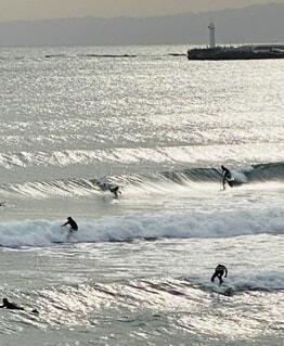海,空,屋外,サーフィン,サーフボード,ビーチ,波,水面,反射,泳ぐ,光,灯台,マリンスポーツ,日中