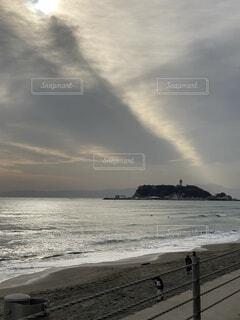 自然,空,雲,水面,不思議な空,江の島,車窓の風景,光輝く海