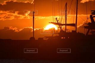 風景,空,太陽,雲,ボート,綺麗,船,暗い,水面,オレンジ,ヨット,日の出,明るい,初日の出,エモい
