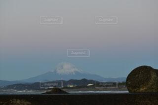 自然,風景,海,空,夕日,富士山,雪,白,ビーチ,雲,水面,海岸,山,オレンジ,石,眺め,エモい