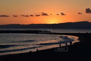水の体に沈む夕日の写真・画像素材[4017832]
