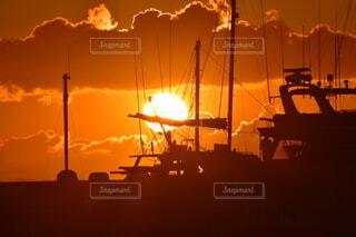 風景,空,太陽,朝日,雲,ボート,綺麗,船,暗い,水面,オレンジ,正月,ヨット,お正月,日の出,明るい,新年,初日の出,エモい