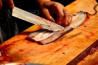 食べ物,風景,魚,屋内,かっこいい,ナイフ,料理,元旦,高級,木目,鰻,うなぎ,カット,新年,職人,鰻丼,美味い,始まり,達人,年明け,1年,切削,2021,鰻をさばく