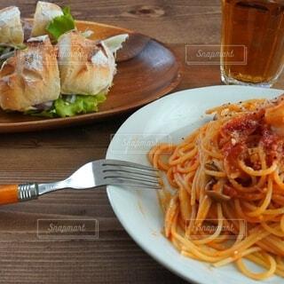 食事,リビング,テーブル,パスタ,昼食,スパゲッティ,イタリア料理,アマトリチャーナ,生ハムサンド,独身男飯,自家製バケット