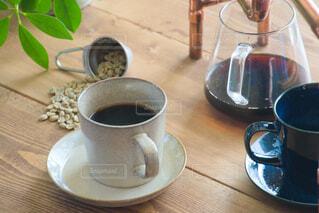 食べ物,カフェ,コーヒー,朝食,緑,光,テーブル,リラックス,マグカップ,食器,カップ,朝,紅茶,観葉植物,おうちカフェ,コーヒー豆,ドリンク,コーヒーカップ,おうち,ライフスタイル,珈琲豆,生豆,真鍮,食器類,コーヒー カップ,おうち時間,受け皿,ドリップスタンド,タンザニアAA,ドリップパー,癒やしのひととき,珈琲のある暮らし