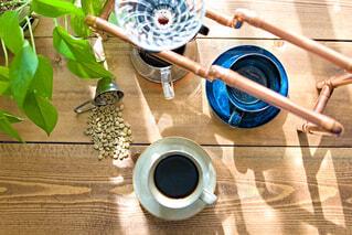 カフェ,緑,光,リラックス,朝,観葉植物,おうちカフェ,コーヒー豆,ドリンク,コーヒーカップ,おうち,ライフスタイル,珈琲豆,生豆,真鍮,おうち時間,ドリップスタンド,タンザニアAA,ドリップパー,癒やしのひととき,珈琲のある暮らし