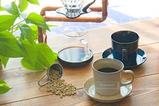 カフェ,コーヒー,緑,光,リラックス,マグカップ,食器,朝,観葉植物,おうちカフェ,コーヒー豆,ドリンク,コーヒーカップ,おうち,ライフスタイル,珈琲豆,生豆,真鍮,コーヒー カップ,おうち時間,ドリップスタンド,タンザニアAA,ドリップパー,癒やしのひととき,珈琲のある暮らし