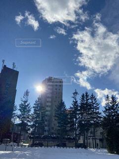 空,建物,冬,雪,屋外,太陽,雲,晴れ,青空,樹木,高層ビル,日中,澄んだ