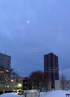 空,建物,冬,夜,ビル,雪,屋外,夜明け,樹木,都会,月,朝,マンション,明け方