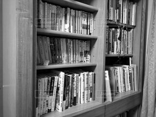 屋内,木,本,白黒,図書館,棚,モノトーン,家具,本棚,コレクション,小説,テキスト,単行本,ビジネス本,棚上げ