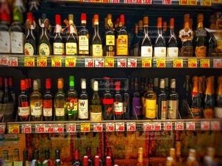 屋内,いっぱい,棚,ワイン,ボトル,ビール,たくさん,ウイスキー,酒,色,アルコール,ライン,販売,ストア,多く,アルコール飲料,蒸留酒,品揃え