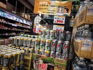 スーパーのお酒売り場の写真・画像素材[4077334]
