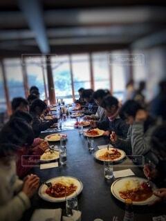 皆んなで食べるカレーライスは美味しいの写真・画像素材[4106978]