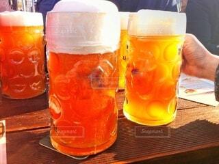 ドイツのビアガーデンで大きなジョッキでビールを飲むの写真・画像素材[4112007]