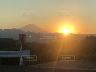 富士山の横に沈みゆく太陽の写真・画像素材[4123260]