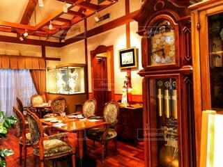 アンティークに囲まれたカフェの写真・画像素材[4208143]