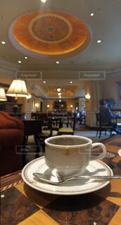 カフェ,コーヒー,屋内,椅子,テーブル,リラックス,マグカップ,食器,家具,カップ,レストラン,天井,おうちカフェ,ドリンク,おうち,ライフスタイル,食器類,コーヒー カップ,おうち時間,受け皿