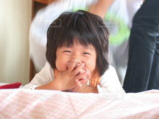 子ども,屋内,親子,手,少女,人,笑顔,布団,赤ちゃん,幼児,若い,娘,はにかむ,人間の顔