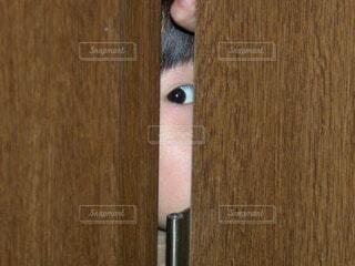 屋内,木,子供,女の子,扉,隙間,人,目,瞳,見つめる,視線,肌,建具,人間の顔
