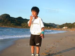 自然,風景,空,屋外,砂,ビーチ,砂浜,水面,海岸,夕方,山,人,顔,地面,夕陽,塩,少年,若い,ショートパンツ,肌,ズボン,リストバンド