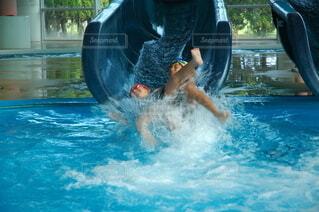 プール,青,水,水面,泳ぐ,女の子,人,滑り台,レジャー,男の子,兄弟,キャップ,マリンスポーツ,失敗,幼い,スイミング プール,レジャーセンター