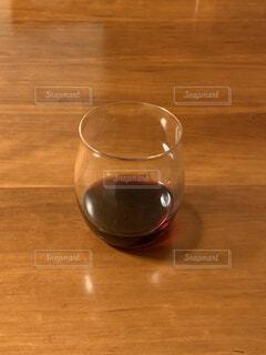 屋内,木,透明,ガラス,テーブル,床,食器,ワイン,グラス,ドリンク,木目,ワイングラス,ソフトド リンク