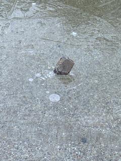 凍ってる,突き刺さる石