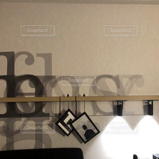 インテリア,屋内,白,黒,ライト,壁,家具,デザイン,装飾,アルファベット,寝室,間接照明,テキスト,洋風デザイン