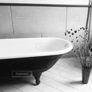 バスルーム,屋内,モノクロ,洋館,床,容器,お風呂,タイル,浴槽,シンク,バスタブ,タイル張り