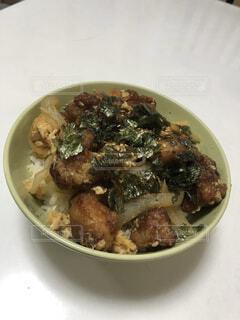 食べ物,男,テーブル,皿,肉,料理,男の唐揚げ丼