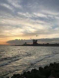 風景,海,空,屋外,湖,ビーチ,雲,ボート,夕暮れ,水面,海岸,ヘリコプター,くもり