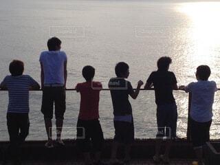 風景,空,屋外,湖,ビーチ,水面,海岸,人物,人,旅,立つ,大学生,グループ,少年,履物