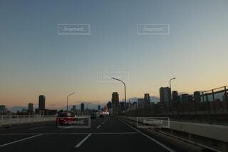 風景,空,屋外,雲,車,道路,高速道路,都会,道,高層ビル,明るい,車両,街路灯,トラフィック ライト