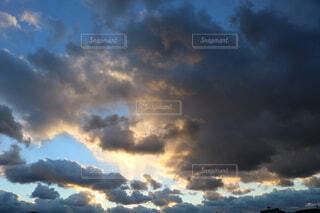 空,屋外,太陽,雲,夕暮れ,車,道路,暗い,高速道路,都会,高層ビル,煙,明るい,くもり,車両,日中,街路灯,トラフィック ライト