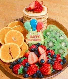 パンケーキとフルーツたっぷりの手作りバースデーケーキプレートの写真・画像素材[4024535]