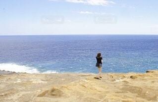 海と女性の写真・画像素材[4151552]
